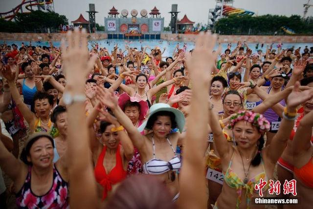 Quy ba Trung Quoc dua nhau trinh dien bikini hinh anh 7
