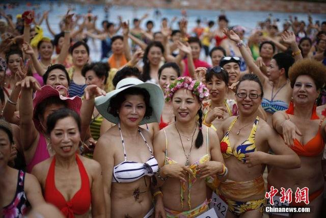Quy ba Trung Quoc dua nhau trinh dien bikini hinh anh 8