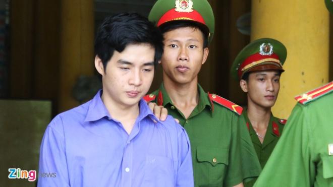 Nam sinh mang an chung than phu nhan quan he dong tinh voi giam doc hinh anh