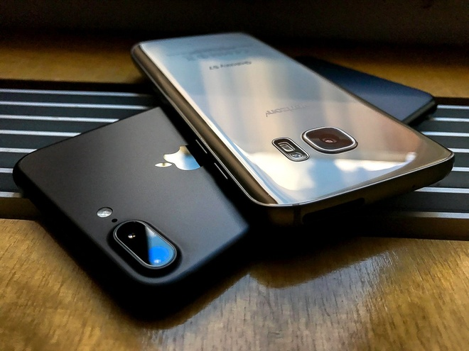 Galaxy S8 Plus va iPhone 7 Plus: Cuoc chien cua nhung ong lon hinh anh