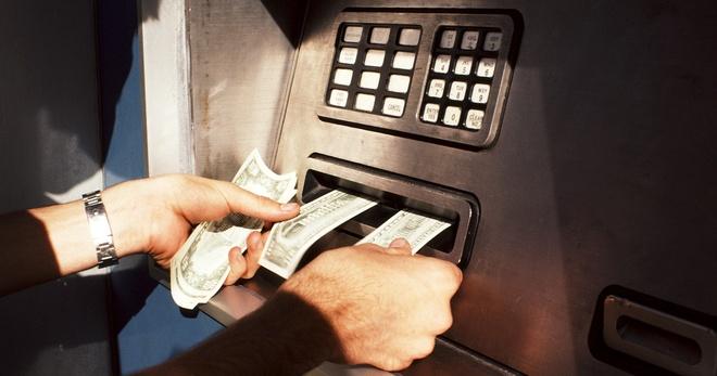 Các chủ tài khoàn ngày càng thích giao dịch không cần thẻ hơn là rút tiền ở các cây ATM. Ảnh: Wired.