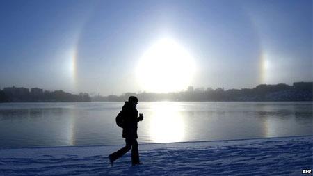 Sử dụng aerosols ngăn chặn tia bức xạ Mặt trời là một trong những biện pháp geo-engineering, vốn tiềm tàng nhiều nguy hại và chưa được kiểm chứng đầy đủ. Ảnh: AFP.