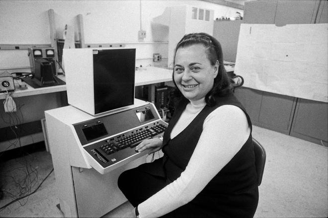 """Bà Evelyn Berezin ngồi bên """"Thư ký dữ liệu"""" của mình vào năm 1976. Ảnh: New York Times."""
