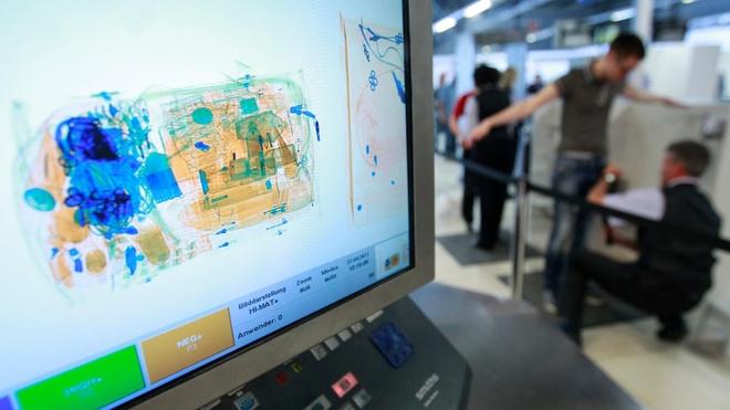 Nhiều người dùng mang nỗi lo thiết bị hư hỏng khi phải kiểm tra tại sân bay. Ảnh: Quartz.