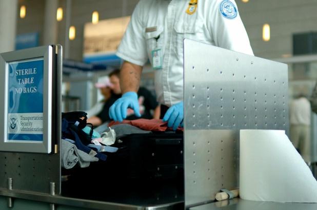 Kiểm tra hành lý là thủ tục bắt buộc diễn ra trước mỗi chuyến bay. Ảnh: NYpost.com