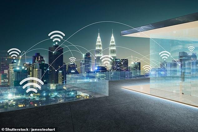 Trong tương lai bạn có thể sạc pin smartphone ở bất cứ nơi đâu có sóng Wi-Fi. Ảnh: Shutterstock.