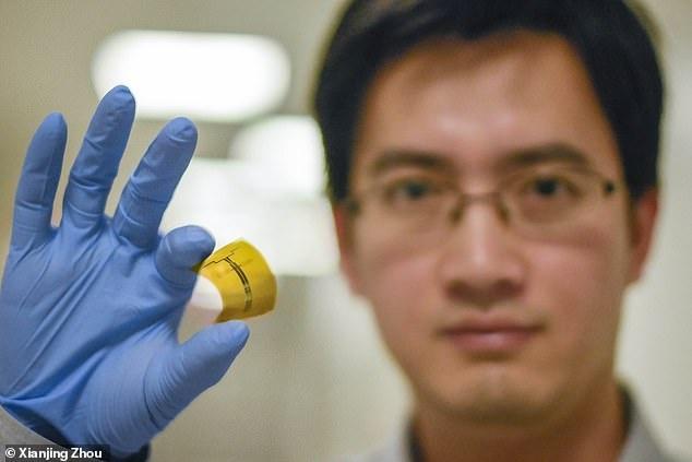 Tiến sĩ Xu Zhang cầm trên tay rectennas. Ảnh: MIT.