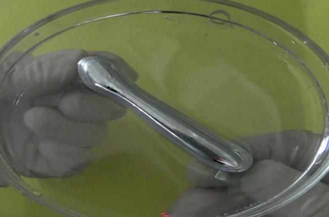 Mẫu kim loại lỏng có thể kéo về mọi hướng mà không bị đứt đoạn. Ảnh: CNET.