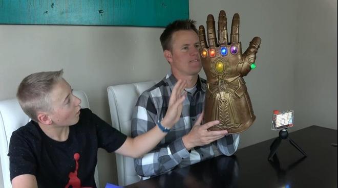 Hôm 20/4, kênh Youtube What's Inside đã thực hiện một video đánh giá độ bền mẫu găng tay này. Tất nhiên, đây chỉ là phiên bản đồ chơi làm từ nhựa của chiếc găng tay nổi tiếng.