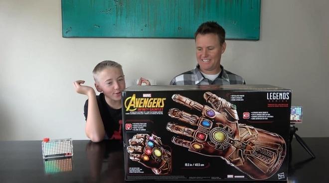 Găng tay vô cực nổi tiếng là vũ khí có sức mạnh hủy diệt của Thanos, nhân vật phản diện nổi tiếng trong vũ trụ điện ảnh Marvel. Vũ khí này được cho là có quyền năng vượt qua định luật không gian, kiểm soát mọi nguồn năng lượng trong vũ trụ nếu tập hợp đủ 6 viên đá vô cực.