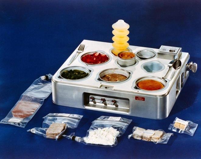 Đến giai đoạn phóng trạm vũ trụ Skylab vào những năm 1970, thực phẩm lúc này đã đa dạng hơn. Các phi hành gia có thể thưởng thức nước nho, thịt bò nướng, thịt gà và cơm, bánh mì thịt bò và bánh quy đường, nước cam, dâu tây, măng tây, sườn nướng, bánh cuộn và bánh pudding bơ trong không gian.