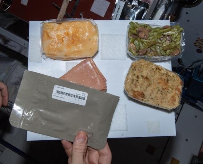 Kế đến là dạng đồ ăn phải trải qua ổn định nhiệt (Thermostabilized). Về cơ bản, việc hâm nóng đồ ăn này thường diễn ra đối với các món đồ hộp, hoặc đựng trong túi vặn. Gà ala king, bò xào nấm, thịt heo là những món thường được chế biến như trên.