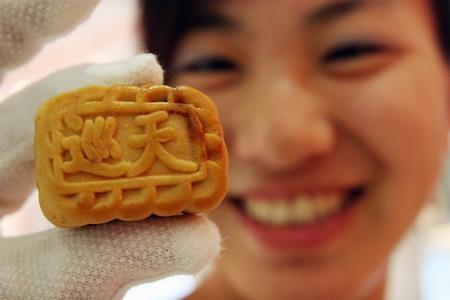 Trong dịp Tết trung thu, các phi hành gia Trung Quốc được thưởng thức bánh bao từ thịt lợn, gà Cung Bảo và bột gạo được ướp với một loại trà thảo dược truyền thống. Với các phi hành Nhật, thực đơn thường ngày của họ là sushi đóng hộp, mì, sữa ong chúa và cơm.