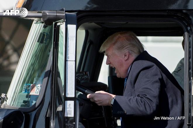Ong Trump leo len xe tai giua cang thang hop hanh hinh anh 1