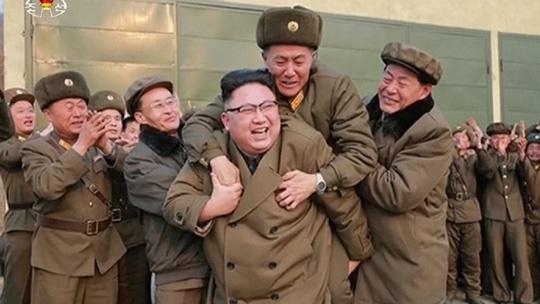 Kim Jong Un cong cap duoi anh 1