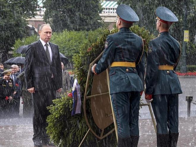 Khoanh khac Tong thong Putin dung dam mua vao top anh tuan hinh anh