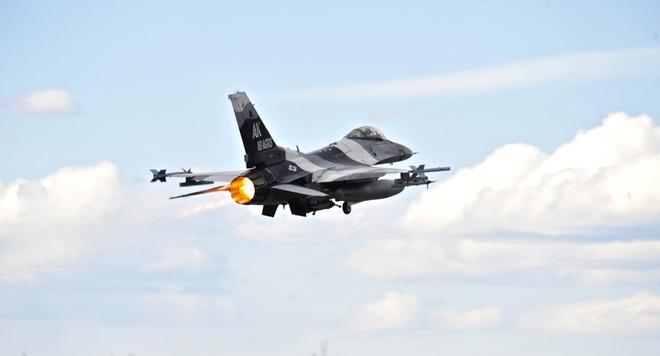 My dieu 12 may bay chien dau F-16 den Han Quoc hinh anh 1