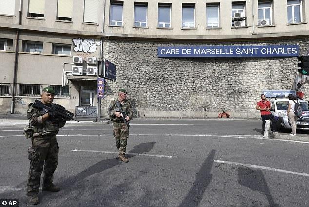 Hai nguoi chet trong vu tan cong bang dao o ga Marseille hinh anh 1
