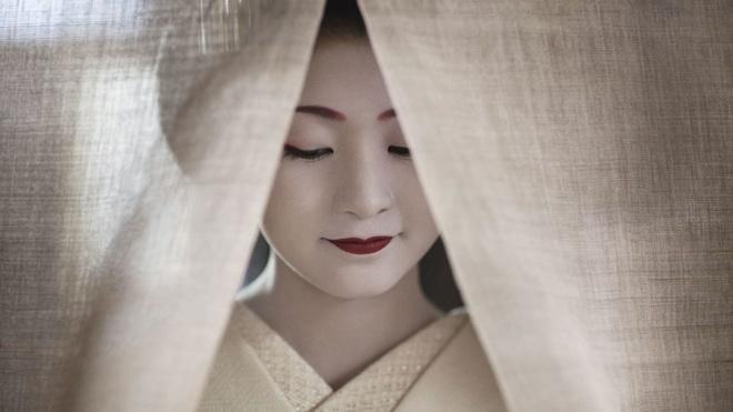Cuoc song bi an cua cac thieu nu kho luyen thanh geisha hinh anh