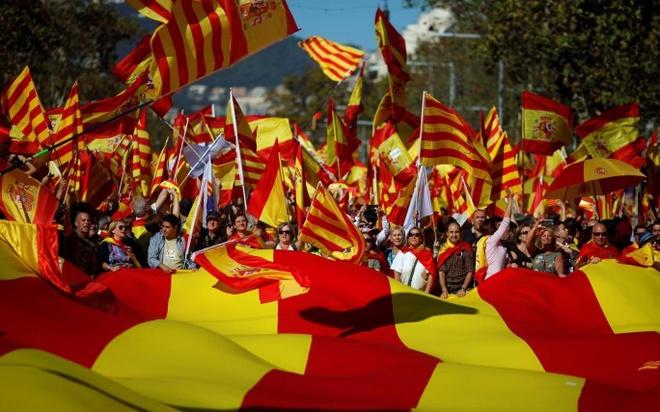 Catalonia lung lay truoc quyet tam lap lai trat tu cua Madrid hinh anh