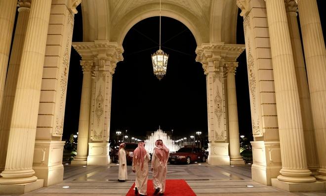 Khach san hang sang bi nghi giam giu hoang gia Saudi Arabia hinh anh