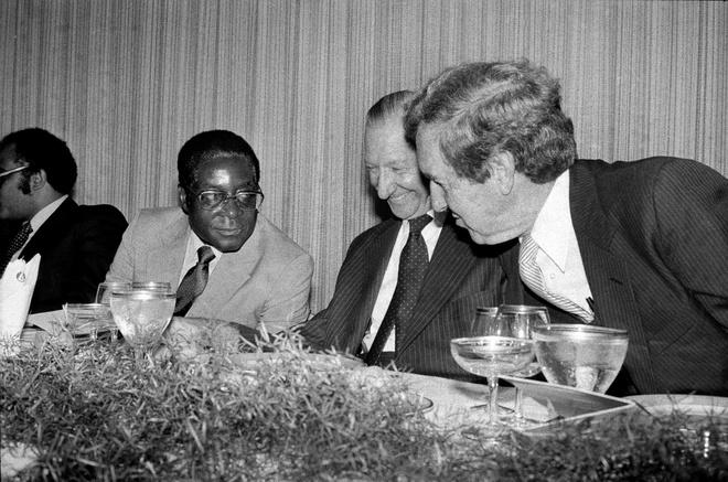 Mugabe: Tu anh hung giai phong cho den sup do 'khong the quay dau' hinh anh