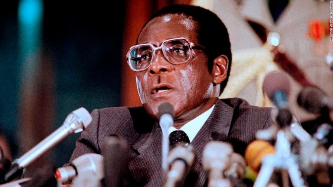 Tong thong Zimbabwe Mugabe: 37 nam cam quyen va 2 doi vo hinh anh