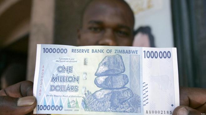 Nguoi Zimbabwe va noi am anh in tien thoi sieu lam phat hinh anh