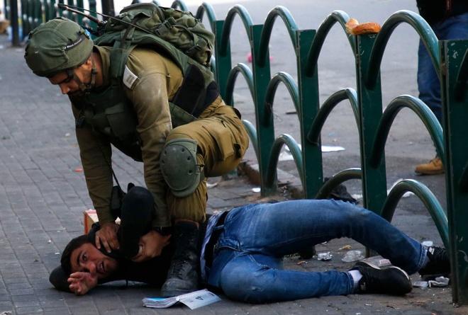 Mat vu Israel manh tay tran ap, bat giu 200 nguoi Palestine hinh anh