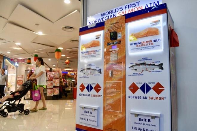 ATM rut ra ca hoi dau tien tren the gioi tai Singapore hinh anh 1