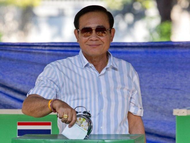 Hai quan chuc Thai Lan bi bat vi nghi ngo mua phieu bau hinh anh 1