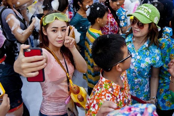 Canh sat Thai cam dang anh khoa than, ruou o le hoi Songkran hinh anh 1