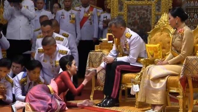 Vua Thái tước mọi chức vị của hoàng quý phi vì 'bất trung thành'