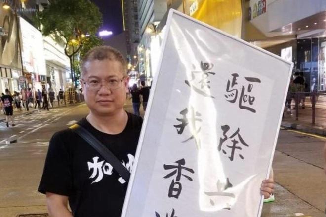 Người biểu tình Hong Kong bị băng đảng đeo mặt nạ đánh giữa đêm