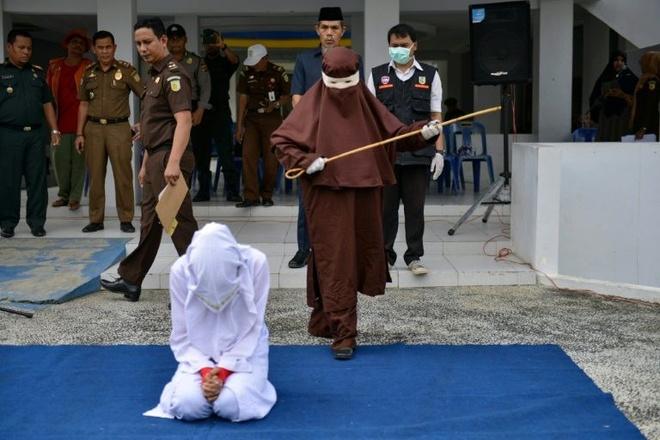 Nhom phu nu dau tien thi hanh phat roi noi cong cong o Indonesia hinh anh 1 hoi_giao.jpg