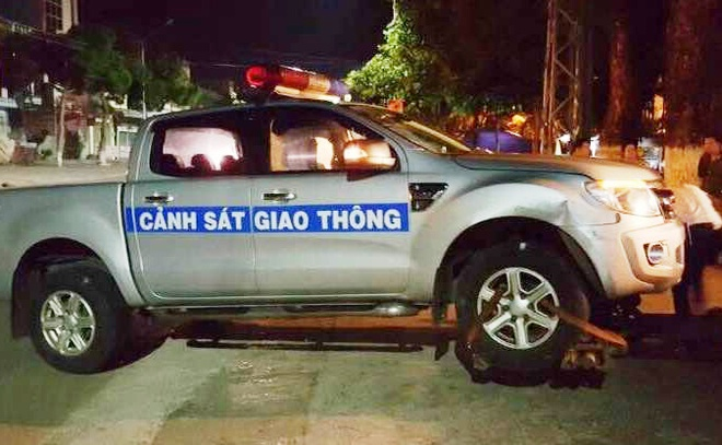 Thanh nien chui boi roi lao oto vao canh sat giao thong hinh anh