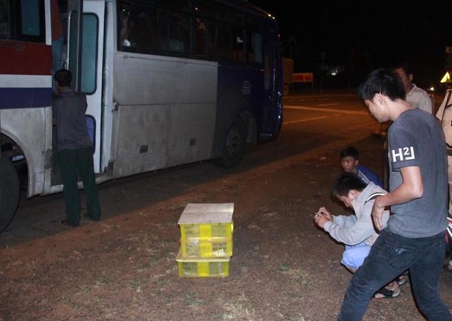 4 hanh khach 'ngoi chung' voi 120 con ran ho mang hinh anh 1