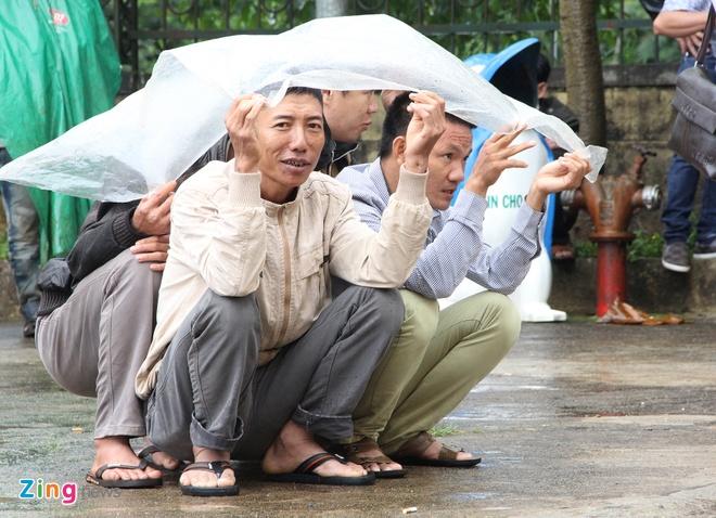 Nguoi dan mac ao mua theo doi phien xu Dang Van Hien hinh anh