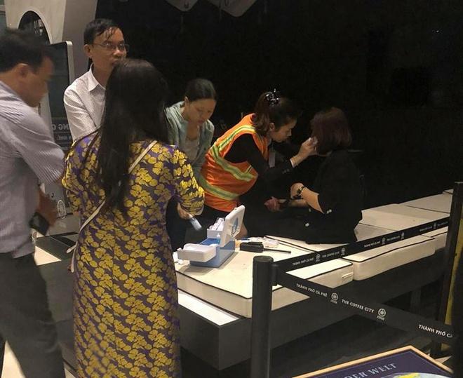 Hành khách chen nhau thoát khỏi máy bay VietJet gặp sự cố
