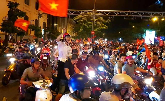 Nguoi dan Sai Gon nang cup som mung doi tuyen Viet Nam chien thang hinh anh
