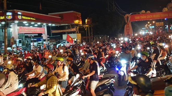 Nguoi dan Binh Duong 'di bao' mung chien thang cua tuyen Viet Nam hinh anh