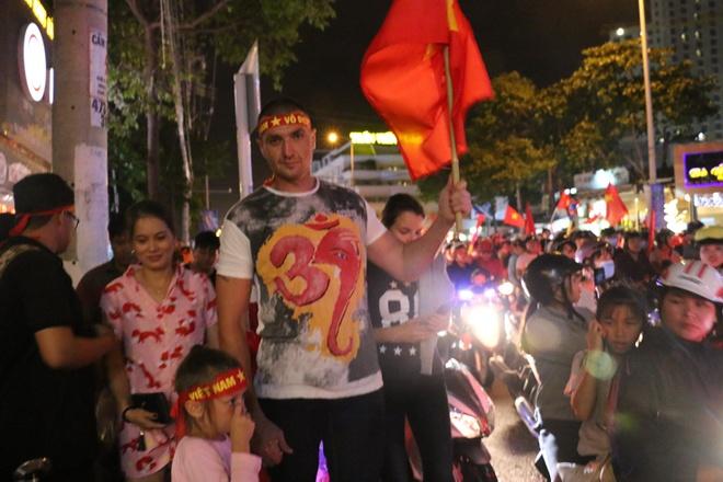 Khach Tay xuong duong chuc mung tuyen Viet Nam vo dich AFF Cup 2018 hinh anh