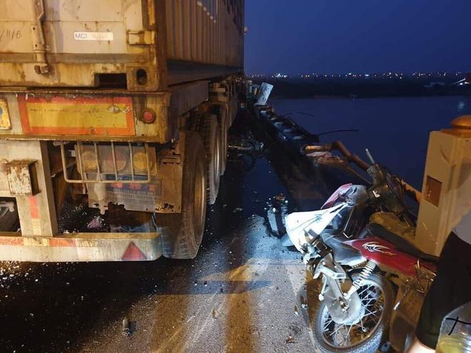 Người đi xe máy bị xe container tông văng xuống sông Hồng