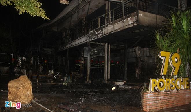 Hơn 100 cảnh sát khống chế đám cháy quán bar giữa đêm