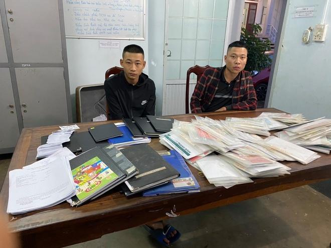 Phạm Xuân Quang và Đỗ Văn Dũng tại cơ quan điều tra. Ảnh: T. N.