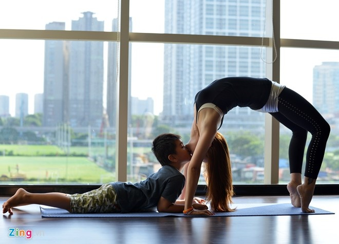 Nhung dong tac yoga de thuong cua me va con trai hinh anh