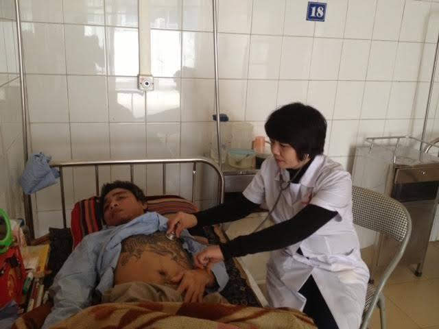 Bác sĩ Hoa đang điều trị cho bệnh nhân HIV. Ảnh: Hà Quyên