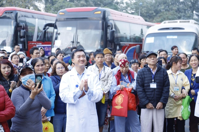 Hang tram benh nhan ung thu duoc di xe mien phi  ve que an Tet hinh anh 2 chuyen_xe.jpg
