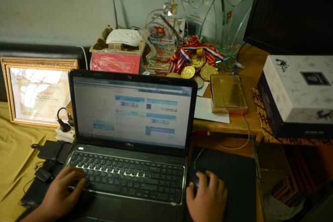 Cuoc song don so cua than dong 13 tuoi hinh anh 2 Cậu bé Nguyễn Dương Kim Hảo đã đạt nhiều huy chương và sáng tạo, tin học trẻ trong và ngoài nước suốt từ năm 2011 đến nay.