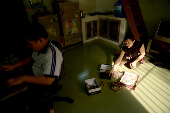 Cuoc song don so cua than dong 13 tuoi hinh anh 10 Chỉ Thảo luôn ở bên cạnh con, giúp đỡ Hảo lúc học tập và sang tạo.